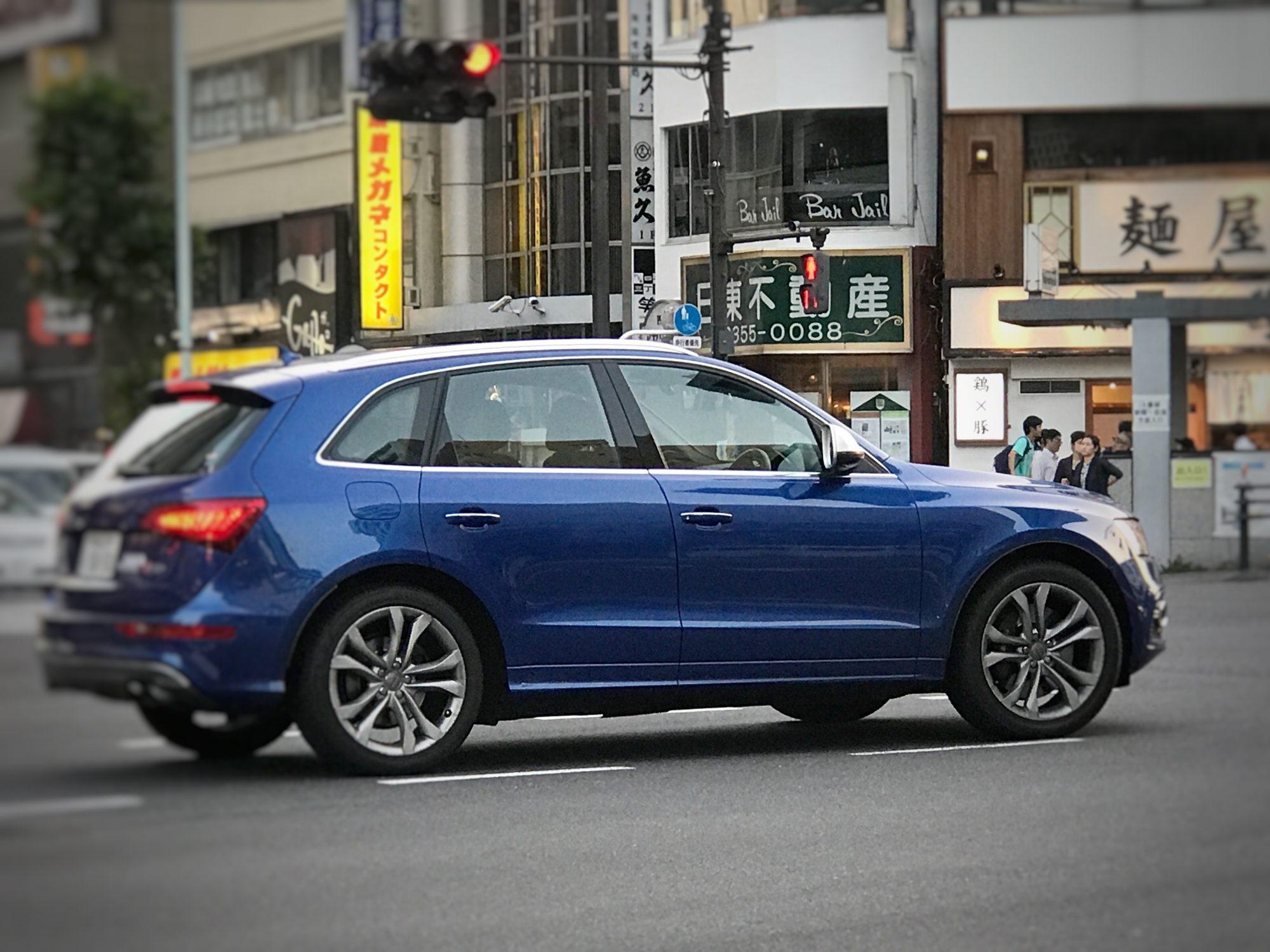 青いかっこいい車